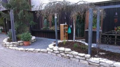 Eingangsbereich mit Mauerplatten aus Jura-Kalk und Schieferstelen