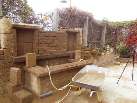 Aufbau einer Tuff-Mauer mit Hochbeet