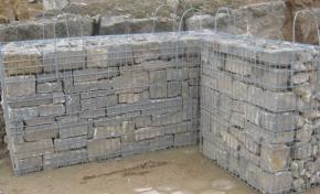 Gabione handgeschichtet mit Mauersteinen