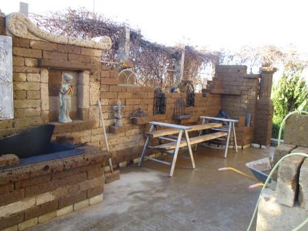 Der Weg ist das Ziel zur nostalgischen Gartenanlage mit Tuffsteinen.