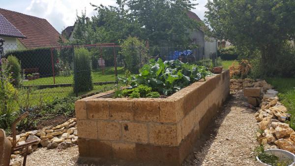 Hochbeet aus Tuff Mauersteinen