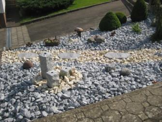 Bett aus Granitsplitt mit Quellsteinen aus Granit und Jurakalk Splitt Umrandung