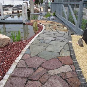 Weg mit Naturstein Polygonalplatten